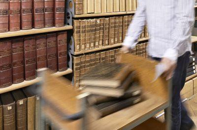 Bibliothèque de Genève: un labyrinthe de livres conservés sous les Bastions